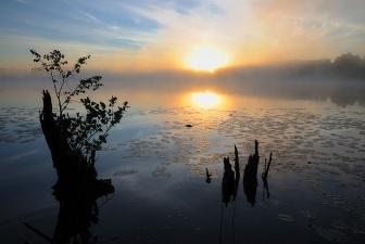Восход на озере (фото А. Андросова)